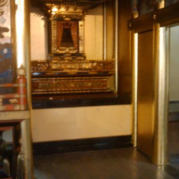 本堂の柱の金箔押